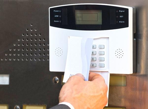 Kiểm soát cửa tự động quẹt thẻ và vân tay